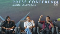 Direktur dan Founder Waste4Change, Bijaksana Junerasano (kanan) memberi keterangan pers pada kampanye Recycle more, Waste less, di Jakarta, Rabu (26/6/2019). Bank DBS Indonesia mengajak masyarakat peduli lingkungan melalui gerakan Recycle more, Waste less. (Liputan6.com/Fery Pradolo)