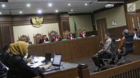 Suasana sidang kasus korupsi E-KTP Irvanto Hendra Pambudi Cahyo dan Made Oka Masagung menjalani sidang lanjutan di Pengadilan Tipikor, Jakarta, Selasa (23/10). (Liputan6.com/Herman Zakharia)
