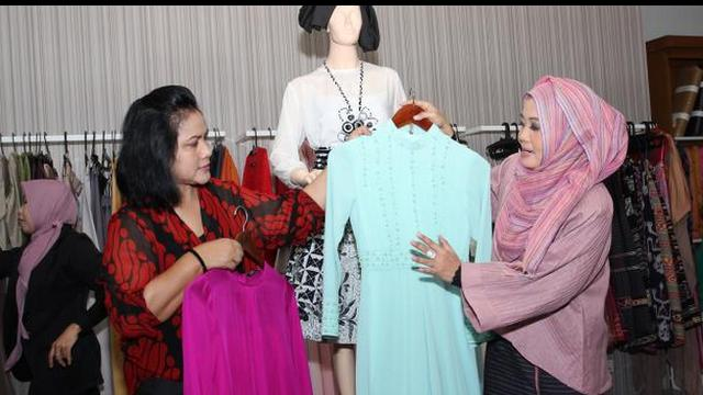 Istri Presiden Joko Widodo, Iriana Jokowi memanfaatkan kepulangannya di Solo untuk mengecek busana.