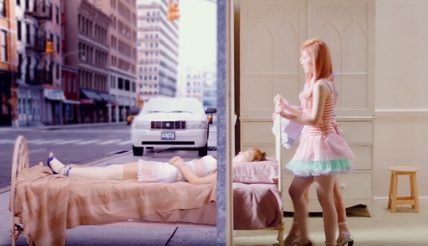 Dengan wajah datar, Red Velvet tampak berbahaya di videoklip Russian Roulette (Naver)