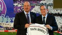 Rafael Benitez (kiri) saat diperkenalkan oleh Presiden Real Madrid Florentino Perez sebagai pelatih baru Real Madrid di Santiago Bernabeu, Rabu (3/6/2015). Rafael Benitez akan dikontrak Real Madrid selama 3 musim kedapan. (REUTERS/Sergio Perez)