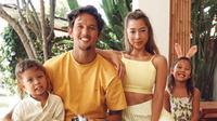 Kebahagian keluarga Irfan dan Jennifer semakin lengkap dengan kehadiran dua buah hatinya, Kiyomi Sue Bachdim dan Kenji Zizou Bachdim. (Liputan6.com/IG/jenniferbachdim)