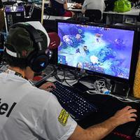 Peserta bermain game pada acara Festival Teknologi Campus Party di Sao Paulo, Brasil, Selasa (30/1). (Nelson ALMEIDA/AFP)