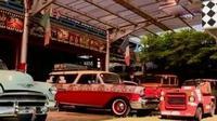 Seorang pemuda merestorasi puluhan mobil klasik, termasuk bekas presiden pertama Indonesia, Sukarno.