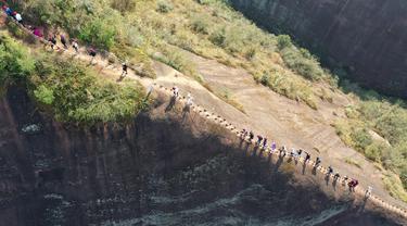 Foto dari udara menunjukkan wisawatan tengah mendaki bukit di taman olahraga luar ruangan di wilayah Cili, Kota Zhangjiajie, Provinsi Hunan, China tengah (14/11/2020). Olahraga luar ruangan pada awal musim dingin menarik banyak pengunjung ke wilayah tersebut. (Xinhua/Wu Yongbing)
