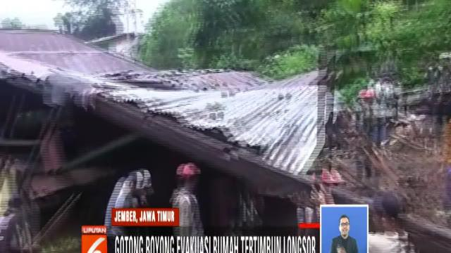 Warga lereng Gunung Argopuro, Jember, Jawa Timur, gotong royong evakuasi emapat rumah yang tertimbun longsor.