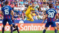 Gelandang Barcelona, Arturo Vidal, berusaha mengontrol bola saat melawan Levante pada laga La Liga Spanyol di Stadion Ciutat de Valencia, Valencia, Sabtu (2/11). Levante menang 3-1 atas Barcelona. (AFP/Jose Jordan)