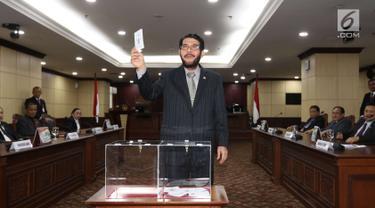 Hakim Konstitusi Anwar Usman menunjukkan surat suara saat pemilihan Ketua Mahkamah Konstitusi (MK) di Jakarta, Senin (2/3). Anwar Usman terpilih sebagai Ketua MK periode 2018-2020. (Liputan6.com/Angga Yuniar)