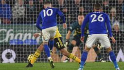 Proses terjadinya gol yang dicetak gelandang Leicester, James Maddison, ke gawang Arsenal pada laga Premier League di Stadion King Power, Leicester, Sabtu (9/11). Leicester menang 2-0 atas Arsenal. (AFP/Oli Scarff)