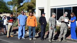 Antrean sejumlah orang untuk donor darah bagi korban luka penembakan Las Vegas di luar bank darah United Blood Service, Nevada, Selasa (3/10). Para pendonor rela mengantre selama berjam-jam untuk menyumbangkan darah mereka. (Ethan Miller/Getty Images/AFP)