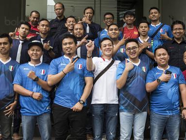Peserta grand final Super Soccer Futsal Battle 2017 foto bersama saat media visit di Kantor Redaksi Bola.com, Jakarta, Selasa (17/10/2017). Grand final akan digelar di Bintaro Exchange pada 21-22 Oktober mendatang. (Bola.com/Vitalis Yogi Trisna)