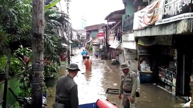 Hujan yang mengguyur Jakarta sejak dini hari menyebabkan sebagian wilayah banjir, kawasan Karet banjir 50 CM