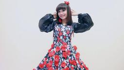 Tasya Rosmala yang masih berusia 16 tahun selalu tampil ceria dengan pilihan busananya. Perpaduan dress hitam dengan motif bunga-bunga merah dan putih ini misalnya, buat Tasya makin terlihat imut dan menawan. (Liputan6.com/IG/@tasya_ratu_gopo)