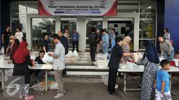 Suasana pembagian Paket  Sembako Murah oleh PT Indosiar Visual Mandiri, di Studio 5 Indosiar, Jakarta, Jumat (10/6). Sebanyak 500 paket sembako murah seharga Rp 30 ribu per paket untuk 500 Kepala Keluarga (KK). (Liputan6.com/Johan Tallo)