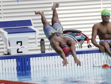 Atlet renang Asian Para Games Indonesia, melakukan latihan di Stadion Akuatik, GBK, Jakarta, Jumat (05/10/2018). Latihan tersebut juga dalam rangka adaptasi kolam renang jelang pertandingan. (Bola.com/M Iqbal Ichsan)