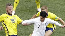 Aksi pemain Korea Selatan, Son Heung-min melewati adangan dua pemain Swedia pada laga grup E Piala Dunia 2018 di Nizhny Novgorod stadium, Nizhny Novgorod, Rusia, (18/6/2018). Swedia menang 1-0. (AP/Michael Sohn)