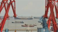 Suasana pelayaran di pelabuhan Tanjung Priok, Jakarta, Jumat (26/5). Indonesia diprediksi akan kembali mendulang surplus neraca perdagangan di April 2017 di bawah US$ 1 miliar. (Liputan6.com/Angga Yuniar)