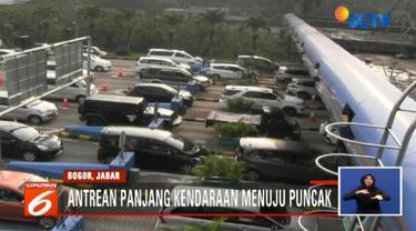 Kepadatan terlihat dari pintu Tol Ciawi hingga Persimpangan Gadog menuju kawasan Puncak Bogor.