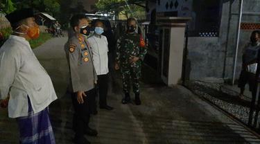 Personil Polsek Ciwandan Bersama TNI Dan Petugas Kecamatan Menjenguk Warga Yang Sedang Isolasi Mandiri Covid-19. (Jumat, 19/02/2021). (Dokumentasi Polsek Ciwandan).
