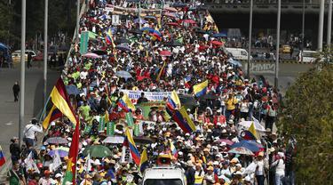 Ribuan guru melakukan aksi unjuk rasa di Bogota, Kolombia, Selasa (6/6). Pada aksinya, massa guru menuntut kenaikan gaji dan kondisi kerja yang lebih baik. (AP Photo / Fernando Vergara)