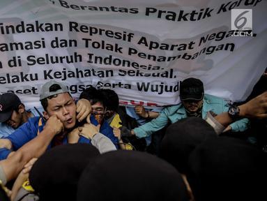 Massa dari Badan Eksekutif Mahasiswa Seluruh Indonesia (BEM SI) terlibat saling dorong dengan polisi saat menggelar aksi longmarch menuju Istana Merdeka, Jakarta, Senin (22/5). (Liputan6.com/Faizal Fanani)