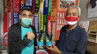 Mantan pemain Timnas Indonesia, Indriyanto Nugroho, bersama Presiden Pasoepati pertama, Mayor Haristanto, memegang sepatu kenang-kenangan pemberian Bima Sakti. (Bola.com/Vincentius Atmaja)