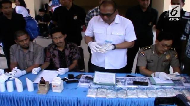 Tidak memiliki izin edar dan diduga mengandun zat berbahaya, direktorat kriminal khusus polisi daerah Sulawesi Tenggara, mengamankan puluhan ton garam beryodium ilegal dari sebuah  pabrik gudang pengolahannya