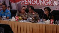 Kapolri Jenderal Tito Karnavian didampingi Kapolda Metro Jaya Irjen M Iriawan dan Menteri Keuangan Sri Mulyani memberikan keterangan saat rilis pengungkapan 1 Ton narkoba jenis sabu di Polda Metro Jaya, Kamis (20/7). (Liputan6.com/Faizal Fanani)