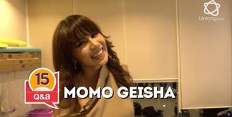 Momo Geisha berkunjung ke redaksi bintang.com, selain wawancara tim redaksi mengajukan pertanyaan kilat kepada Momo.