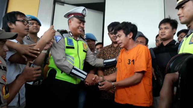 Pelanggar lalu lintas, Adi Saputra (21) yang merusak kendaraannya saat ditilang polisi, menangis di Polres Tangerang Selatan
