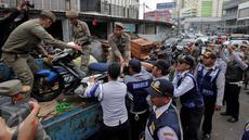 Petugas Satpol PP menertibkan dan mengangkut lapak pedagang kaki lima (PKL) di Pasar Tanah Abang, Jakarta, Kamis (4/5). Penertiban dilakukan agar tidak menggangu fungsi pedestrian untuk pejalan kaki. (Liputan6.com/Johan Tallo)