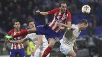 Bek Atletico Madrid, Diego Godin, duel udara dengan pemain Marseille pada laga final Liga Europa di Stadion Groupama, Lyon, Kamis (17/5/2018). Atletico Madrid menang 3-0 atas Marseille. (AP/Laurent Cipriani)