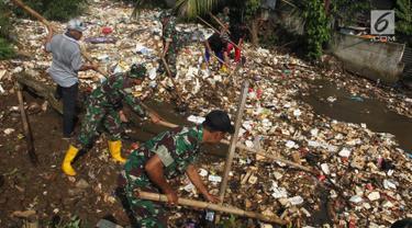 Anggota TNI bersama warga membersihkan  sampah yang menutupi aliran sungai di Kali Baru, Bojonggede, Bogor, Minggu (28/4/2019). Dinas Lingkungan Hidup (DLH) Kabupaten Bogor mengerahkan 50 truk sampah untuk membersihkan sampah yang terbawa banjir dua hari lalu. (merdeka.com/Arie Basuki)