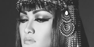 Julia Perez tampil ala Cleopatra, putri legendaris dari Mesir. Namun tak sedikit dari para fans yang berpendapat jika dalam foto ini Jupe mirip penyanyi asal California, US, Katy Perry. (Photo : Instagram)