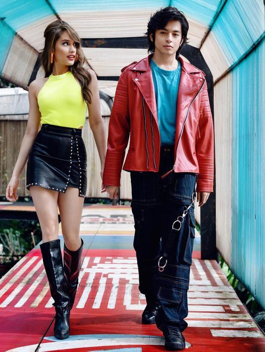 Tampil seksi di promo film Devil on Top, Cinta Laura mengenakan Tall Boots latex. Ia padukan dengan rok mini lateks hitam dengan halter neck berwarna kuning. Rambut diikat setengah mempertegas tampilan sebagai perempuan dewasa (instagram/claurakiehl)