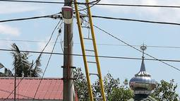 Petugas PLN memperbaiki jaringan listrik di Palu, Sulawesi Tengah, Sabtu (6/10). Sekitar 40 persen kondisi listrik di Kota Palu, Sulawesi Tengah (Sulteng), telah pulih. (Liputan6.com/Fery Pradolo)