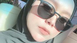 Meski hanya pakai outfit hitam yang simpel, foto close up serta minim makeup dari istri Rizky Billar tersebut banjir pujian dari para penggemarnya.(Liputan6.com/IG/@lestykejora)