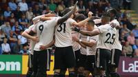 Para pemain Manchester United merayakan gol yang dicetak Romelu Lukaku ke gawang Burnley pada laga Premier League di Stadion Turf Moor, Burnley, Minggu (2/8/2018). Burnley kalah 0-2 dari MU. (AFP/Lindsey Parnaby)