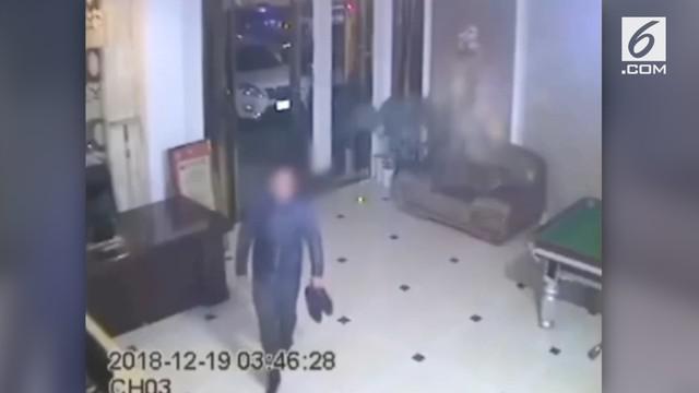 Pencuri masuk ke dalam hotel dengan melepas kedua sepatunya. Apes, ia ditangkap karena bau kaki yang masih melekat.