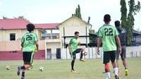 Misbakhus Solikin siap dimainkan saat Persebaya Surabaya menjamu Sriwijaya FC dalam lanjutan Liga 1 2018 di Stadion Gelora Bung Tomo, Surabaya, Minggu (22/4/2018). (Liputan6.com/Dimas Angga P)