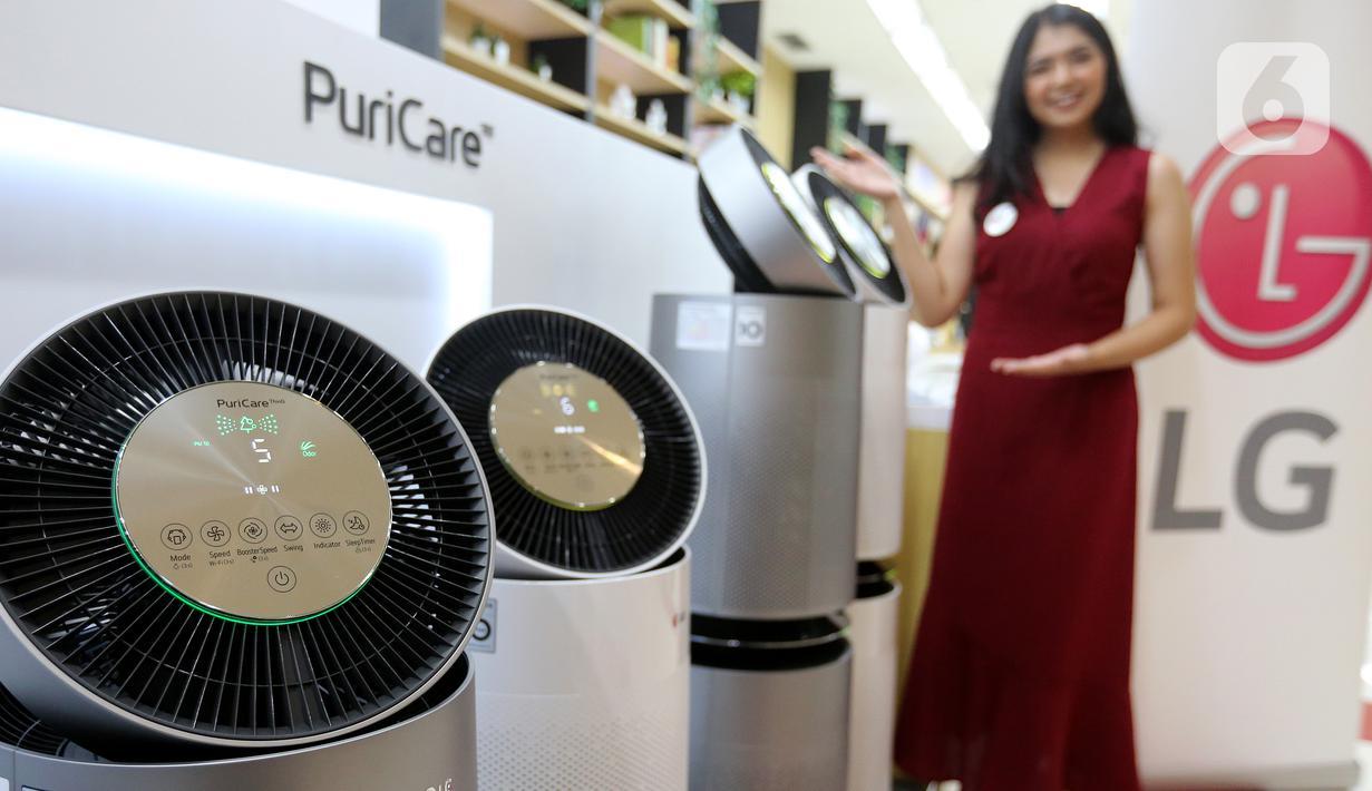 Model menunjukkan LG PuriCare 360° Air Purifier di Jakarta, Rabu (23/06/2021). Kemampuan pembersihan udara padaAir Purifier efektivitas menghilangkan debu dan allergen hingga99% dan mengurangi lima jenis gas berbahaya. (Liputan6.com)