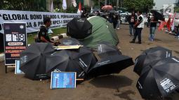 Serikat Pekerja JICT dan segenap pekerja pelabuhan Indonesia menggelar aksi di gedung DPR RI, Jakarta, Selasa (8/1). Dalam aksinya, pekerja membawa payung hitam dan simbol hitung mundur, tanda matinya keadilan bagi pekerja. (Liputan6.com/Johan Tallo)