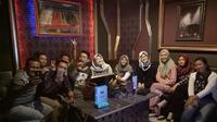 Para pengunjung karaoke keluarga di Palembang menikmati fasilitas bernyanyi bersama (Liputan6.com / Nefri Inge)