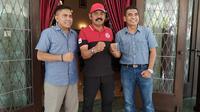 CEO Persis Solo, Azmi Al Qamar (kiri), bersama Wali Kota Solo, FX Hadi Rudyatmo, di Rumah Dinas Loji Gandrung (31/1/2020). (Bola.com/Vincentius Atmaja)