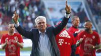 Pelatih Bayern Munchen, Jupp Heynckes, merayakan kemenangan atas FC Augsburg pada laga Bundesliga di WWK Arena, Augsburg, Sabtu (7/4/2018). Bayern Munchen menang 4-1 atas FC Augsburg. (AP/Sven Hoppe)