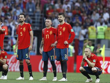 Tatapan kosong pemain Spanyol setelah kalah dari Rusia pada laga 16 besar Piala Dunia 2018 di Luzhniki Stadium, Moskow, Rusia, (1/7/2018). Spanyol kalah adu penalti 3-4. (AP /Manu Fernandez)