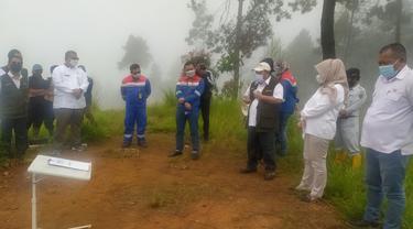 Kepala Dinas Kehutanan Provinsi Jawa Barat Epi Kustiawan secara simbolik melakukan penanaman bibit tanaman di area lahan kritis blok Karaha, yang didukung PGE Karaha, Tasikmalaya.
