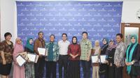 Momen foto bersama dengan para pemenang Lomba Karya Tulis Paramadina (KTP) 2016 di Ruang Granada, Universitas Paramadina.
