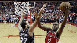 Pebasket Houston Rockets, Luc Mbah a Moute, berusaha melewati pebasket San Antonio Spurs, Joffrey Lauvergne, pada laga NBA di Toyota Center Selasa (13/2/2018). Houston Rockets menang 109-93 atas San Antonio Spurs. (AP/David J. Phillip)