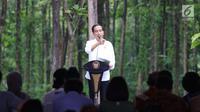 Presiden Joko Widodo berdialog dengan petani saat penyaluran SK IPHPS di Tuban, Jawa Timur, Jumat (9/3). Total luas lahan Perhutanan Sosial seluas 14.713,5 Ha dengan total jumlah petani penerima SK PHPS sebanyak 11.921 orang. (Liputan6.com/Angga Yuniar)